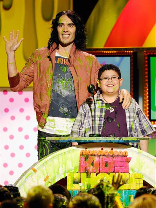 /nick-assets/blogs/images/kids-choice-awards/russell-brand-rico-slimed-kids-choice-awards.jpg