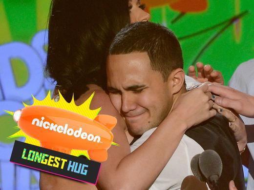 mgid:file:gsp:kids-assets:/nick/shows/images/blogs/blogs-1/2013-kids-choice-awards-blimp-bonus-4x3-longest-hug.jpg