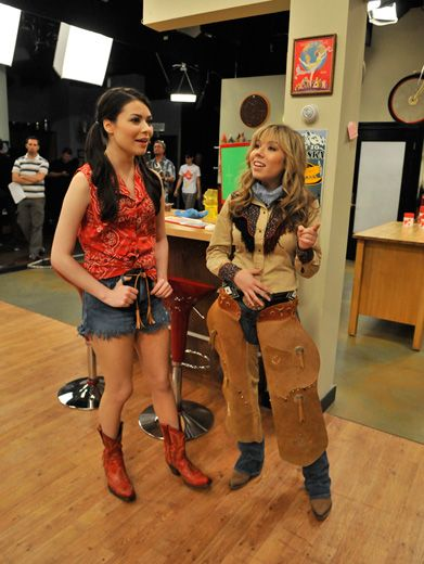 Yee-Haw!|Are Miranda and Jennette about to film another iCarly scene? Or are they headed to the Wild West?