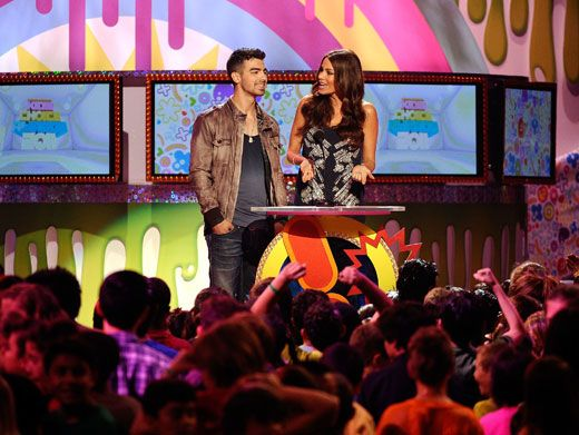Pretty Presenters|Joe Jonas and Sofia Vergara were looking beautiful (as always) while presenting Favorite Movie.