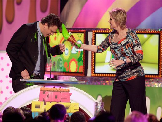 Jane Vs. Jason|Glee goddess Jane Lynch updates Jason Segel's hairstyle with great green globs of fake slushie slime.