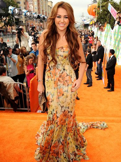 Flower Power|Miley's all ready for spring in this pretty floral floor-lenghth gown. What a blossoming beauty!