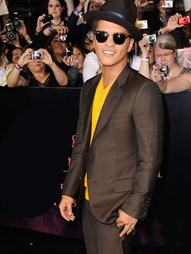 Contrasting Colors|Bruno Mars keeps it down-to-earth in a perfectly balanced ensemble.