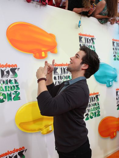 KCA 2012: Nathan Kress|This KCA nom is never too busy to thank his devoted fans...and that's a thumbs up!