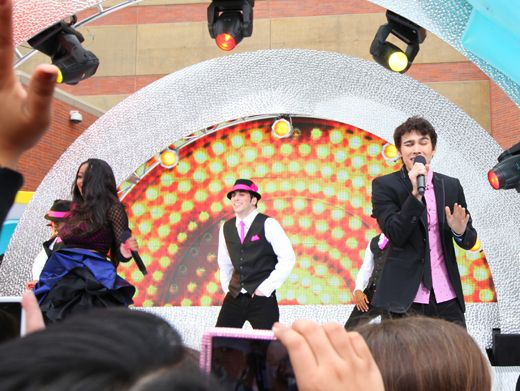 KCA 2012: Singing in Style|Keke and Max get back-up from some super stylish dancers!