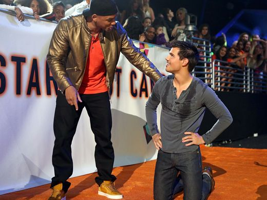 KCA 2012: Teaching Taylor|Will Smith takes time out of his busy schedule to show Taylor Lautner how to do 1,000 push-ups and get slime-dunked.