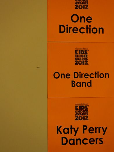 Happenin' Hang Out|While sneaking around backstage, we found out there KP and 1D will be hanging out before they take to the stage for their performances!!
