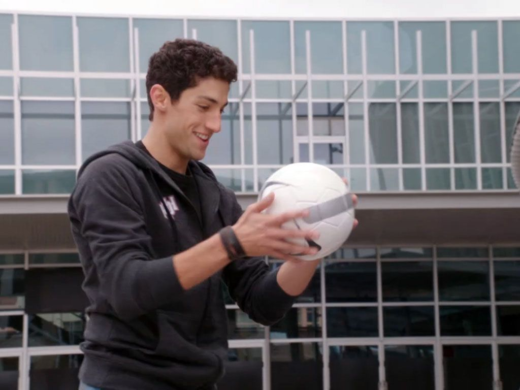 SOCCER BRAWL|Even before they learn to morph, the Megaforce Rangers show major promise. Jake took out a whole gang of Loogies with nothing but a soccer ball!