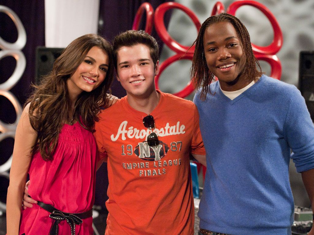 iCarly Cameo|Hey isn't that Nathan Kress? The Nick pals take a break between takes to pose for a pic.