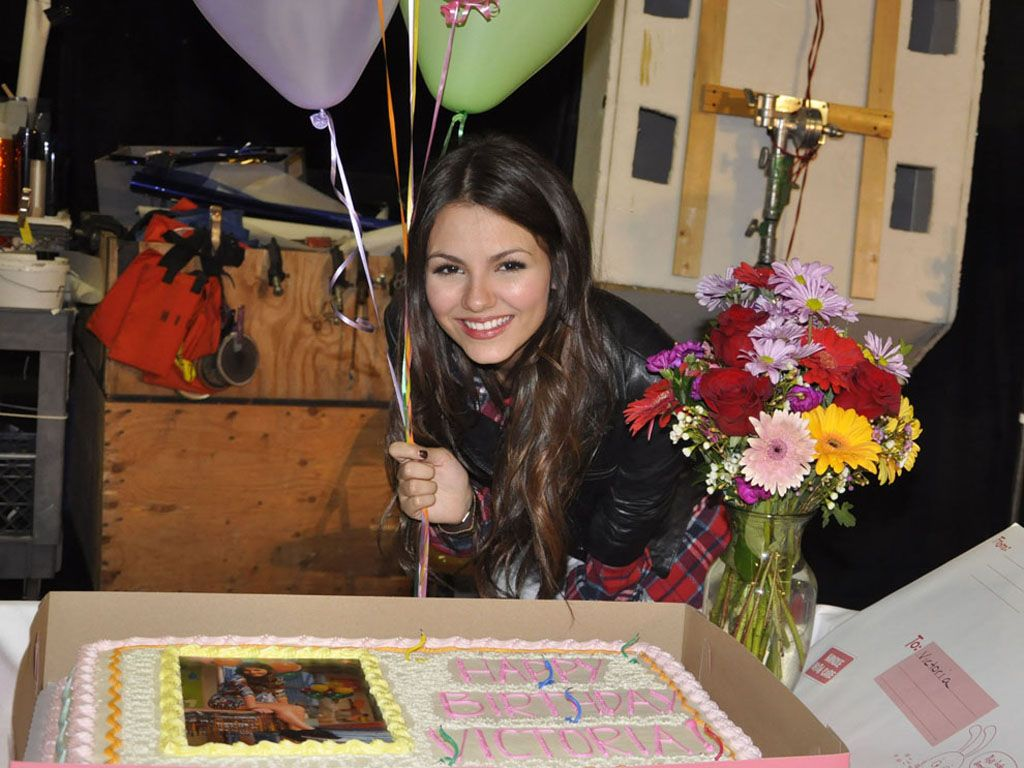 Gimme my Gifts!|Victoria poses with the cake and balloons that her cast mates brought for her big day. How sweet!